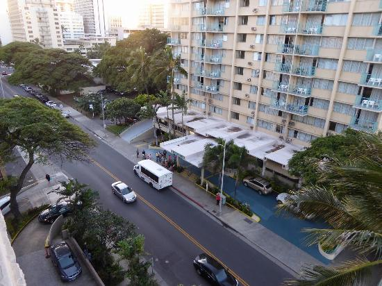 Waikiki Sand Villa Hotel: 海側の眺め(海は見れません)