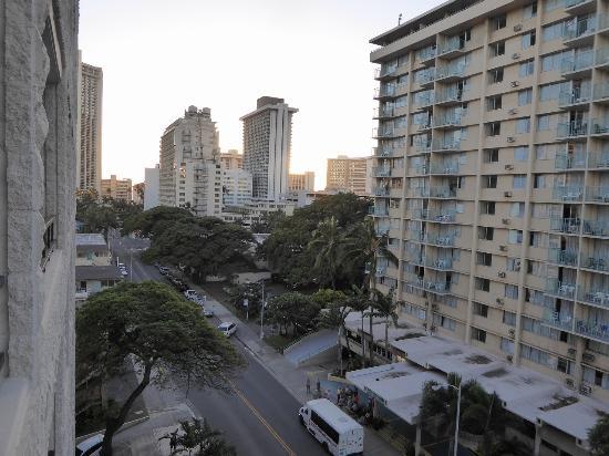 Waikiki Sand Villa Hotel: 海は全然見えません