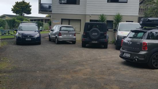 Ocean Pacific Apartments: The overcrowded car park
