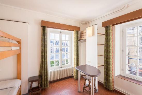auberge de jeunesse mije fourcy paris marais chambre. Black Bedroom Furniture Sets. Home Design Ideas