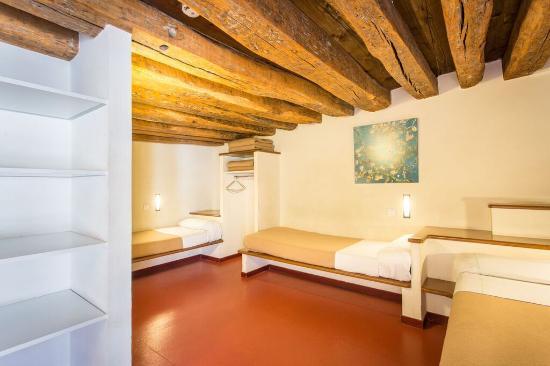 auberge de jeunesse mije fourcy paris france hostel. Black Bedroom Furniture Sets. Home Design Ideas