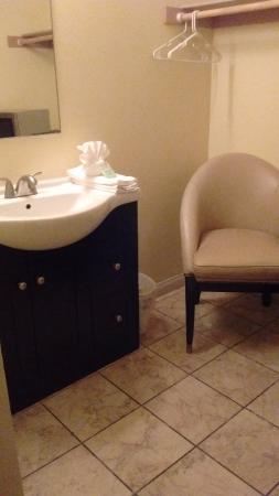 Stay Suites of America: Bathroom had a nice vanity, new tiles...tub was old school, but clean