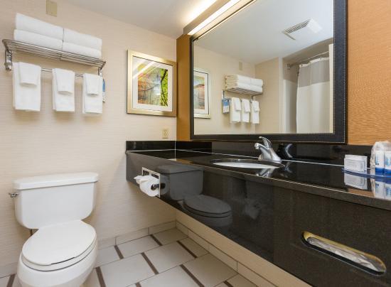 Fairfield Inn & Suites Des Moines West: Guest Bath