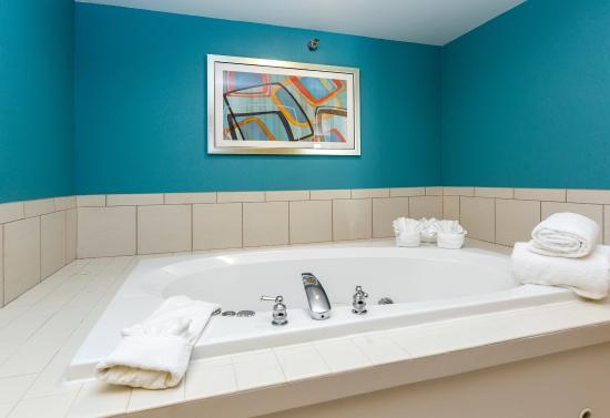 Fairfield Inn & Suites Des Moines West: Jacuzzi tub