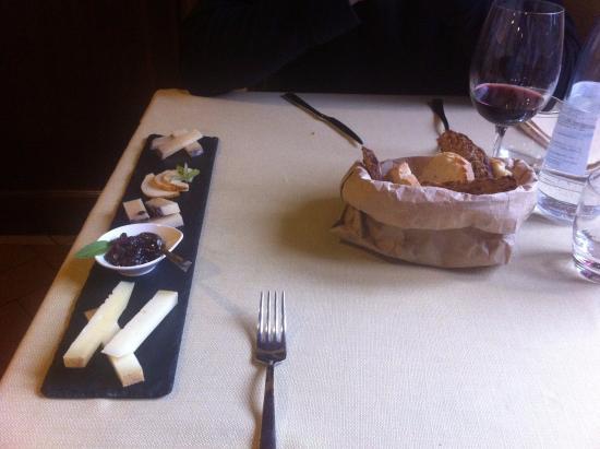 Cerreto di Spoleto, อิตาลี: Tagliere di formaggi e cesto di pane