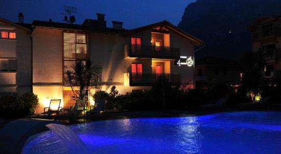 4Limoni Apartment Resort: piscina