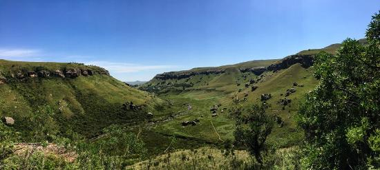 ‪‪uKhahlamba-Drakensberg Park‬, جنوب أفريقيا: view towards lodge from caves‬