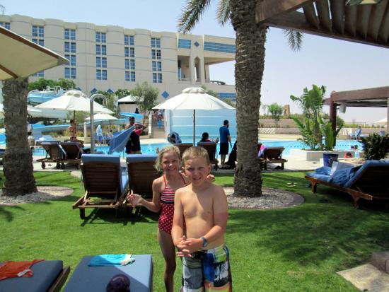 Madinat Zayed, Emiratos Árabes Unidos: Hotel from the pool