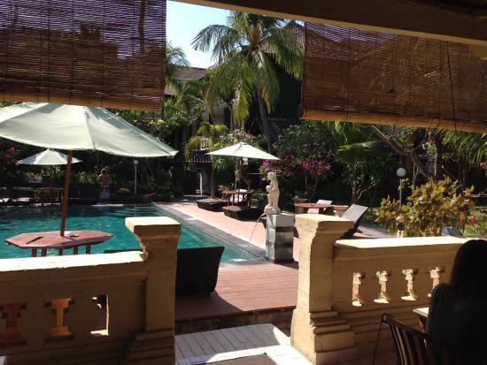 Bakung Sari Resort and Spa: zwembad gezien vanaf de restaurant !