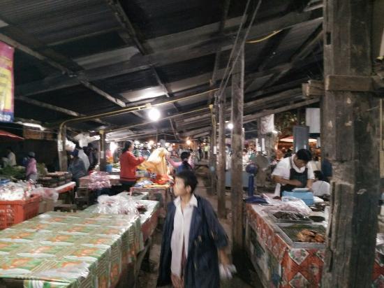 Saraphi, Tailandia: Morning market nearby