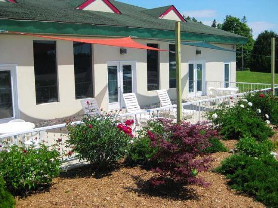 Voyager Inn of Saint Ignace: Patio