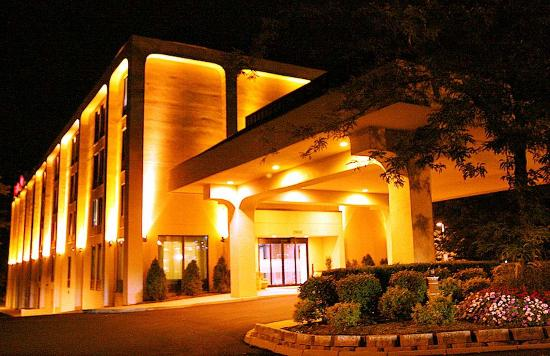 Hampton Inn Cleveland Westlake: Hotel Exterior at Night