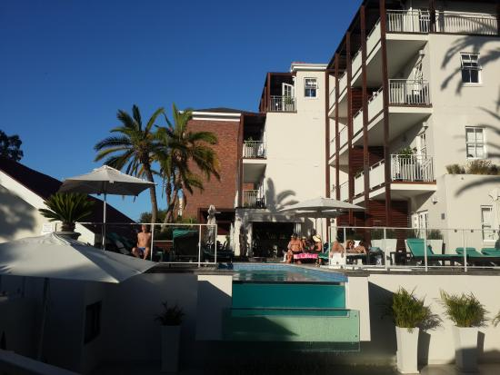Glen Boutique Hotel & Spa: Pool, Bar and Jacuzzi area