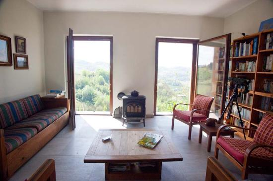 Calamandrana, Italia: Living room has spectacular views of the valleys.