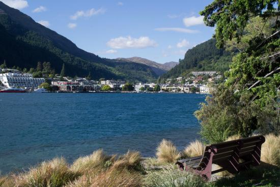 Queenstown, New Zealand: Vista de la ciudad desde el parque.