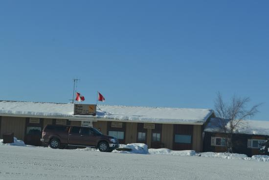 Eagle Plains Hotel: Outside on a glorious winters day (minus 37 degrees)