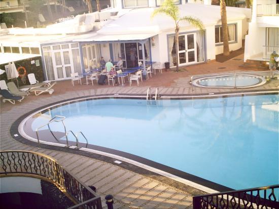 Apartamentos Fariones: Blick auf Pool/Bar vom Sonnendeck