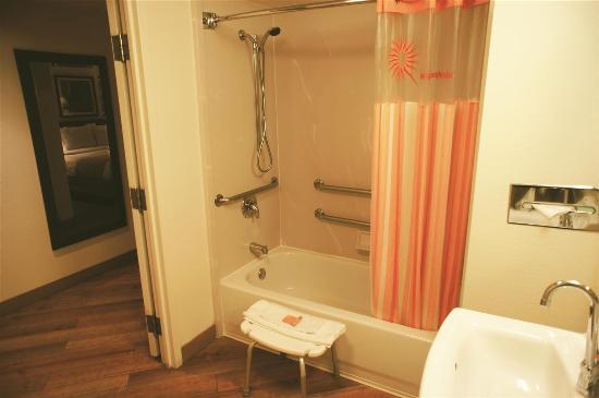 La Quinta Inn & Suites Salem: bathroom