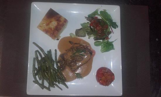Torigni-sur-Vire, Fransa: Pavé d'autruche aux morilles tomate provençale, gratin dauphinois et haricots vert bio