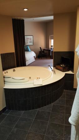 Sundara Inn and Spa: Tub in room