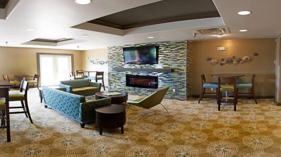 Brandon, Dakota del Sur: Breakfast Area Seating with Cozy Fire Place
