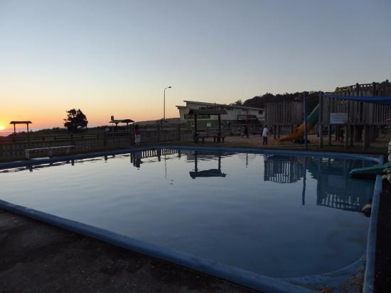 Opunake Beach Holiday Park: Paddling pool next to playground.