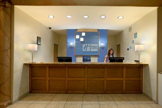 Holiday Inn Express & Suites Elgin : Front Desk