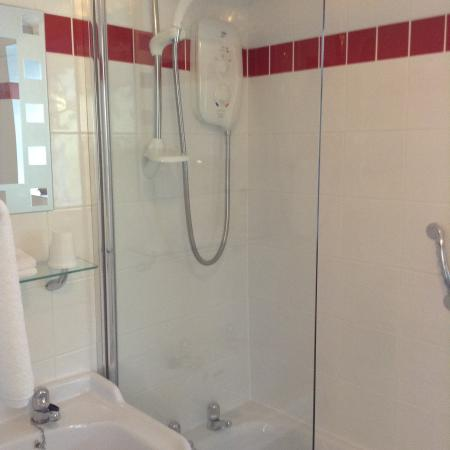 The Old Forge at Totnes: Bath & shower ensuite family room
