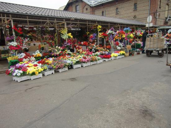 Central Market (Centraltirgus): outside the fish halls are tons of flowers