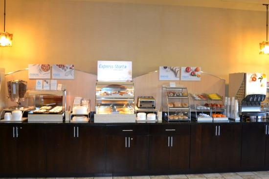 Holiday Inn Express Hotel & Suites Eau Claire North: Breakfast Bar at Holiday Inn Express Eau Claire North