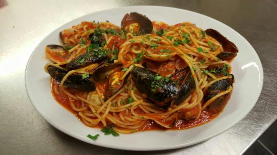 Caffe Italiano: Spaghetti Tarantina - Clams & Mussels with shell cooked in tomato sauce, white wine, chillies &