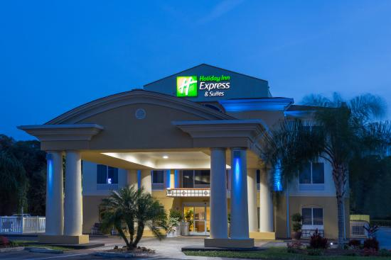 Holiday Inn Express Hotel & Suites Tavares: Hotel Exterior in the evening