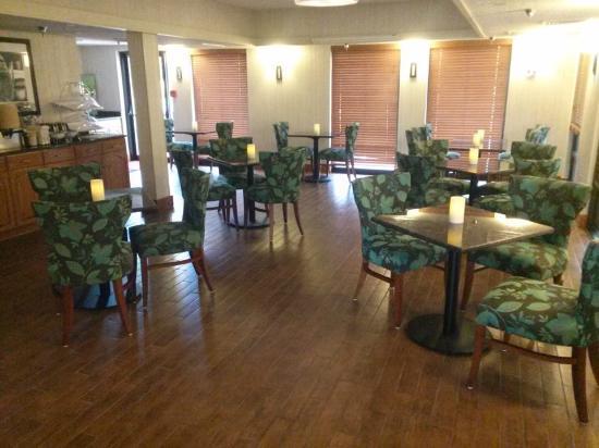 Hampton Inn Springfield South: Breakfast Seating
