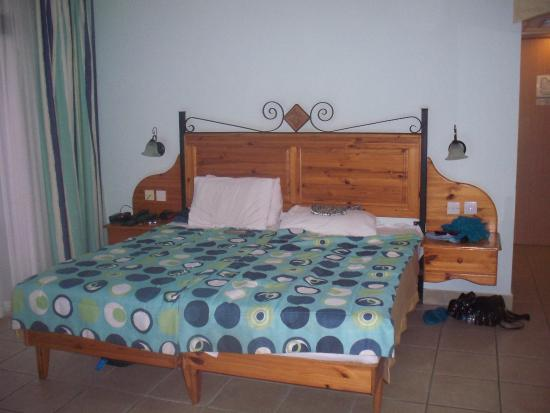 Sunflower Hotel: Our twin bed