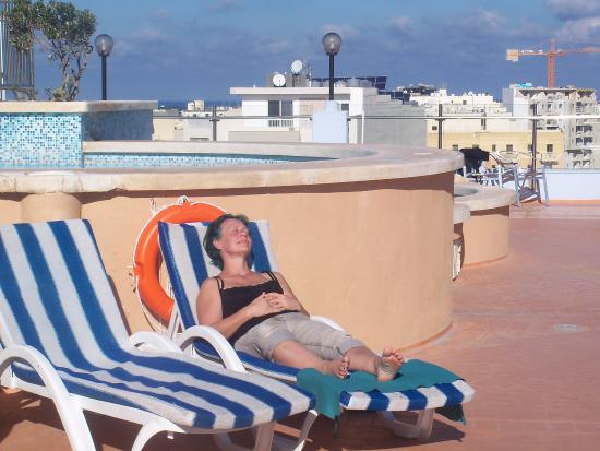 Sunflower Hotel: Sun roof with pool. Loungers with optional cushions