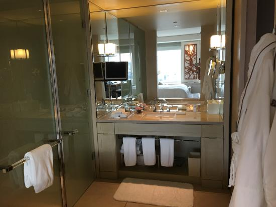The St. Regis San Francisco: Grand Deluxe Room Bathroom