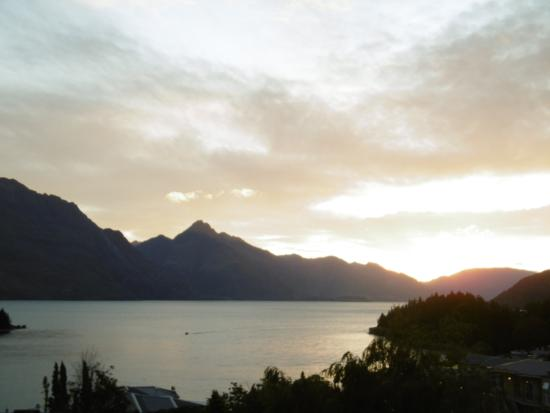 Copthorne Hotel & Apartments Queenstown Lakeview: Sun going down over Lake Wakatipu
