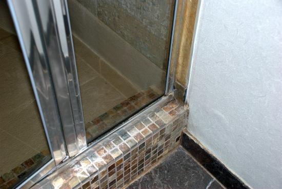 Harrison Hot Springs Resort & Spa: Shower Floor