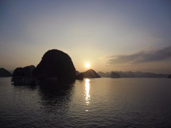 Darian Culbert Day Cruises: Halong Bay Sunset