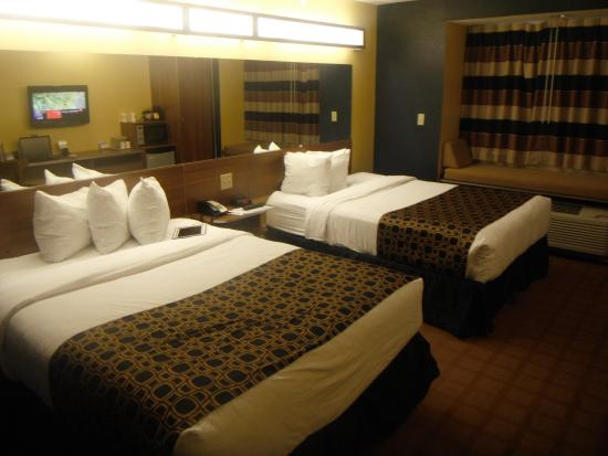 Microtel Inn & Suites by Wyndham Dickson City/Scranton : Two double beds