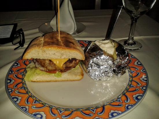 Antonio Steak House: Hambúrguer em pão artesanal com batata assada: 500 pesos sem imposto nem gorjeta (729 pesos).