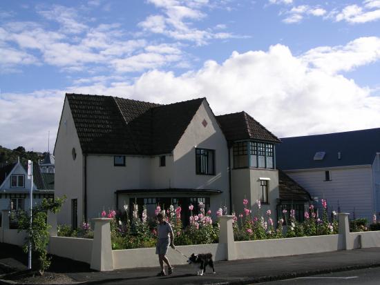 Devonport, Selandia Baru: House with walker and dog