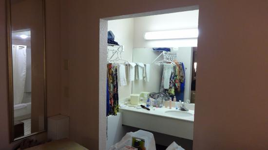Continental Plaza Hotel: Banheiro um pouco pequeno ....