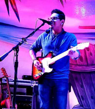 Hollywood Broadwalk : Guitarist, Tito C3