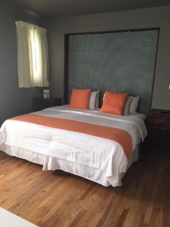 Nassau Suite Hotel: Dormitorio con TV integrada al studio