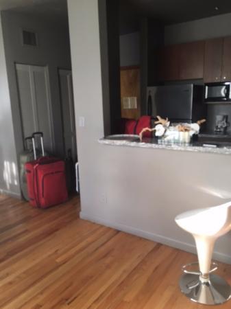 Nassau Suite Hotel: Puerta de ingreso y Cocina completa