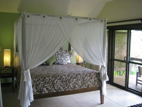 Sea Change Villas: Large, comfortable canopy bed.