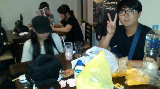 Grupo de amigos Coreano, visitando Mom's Cafe
