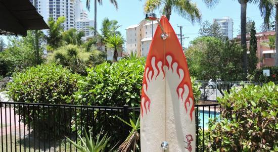 Grangewood Court Apartments Broadbeach: Pool and beach shower