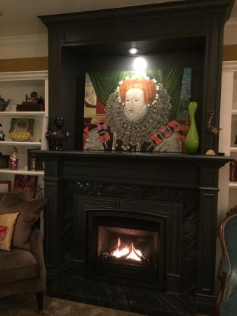 West End Guest House: fireplace in living room